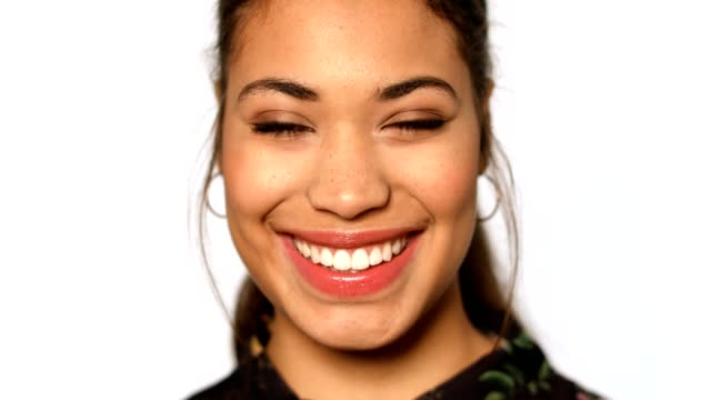 vídeos de stock e filmes b-roll de extreme close-up shot of young woman smiling - retrato formal