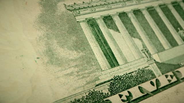 vídeos y material grabado en eventos de stock de primer plano extremo que muestra los detalles del grabado en la parte posterior del billete de us $5 dólares - billete de cinco dólares estadounidense