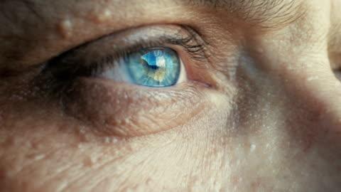 vídeos y material grabado en eventos de stock de extremo primer plano a los ojos de un hombre mirando hacia otro lado - sin expresión