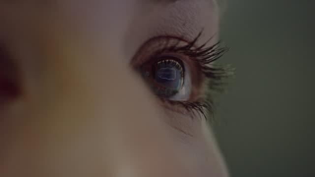 vídeos de stock, filmes e b-roll de coseup extremo em olho humano marrom - olhos azuis