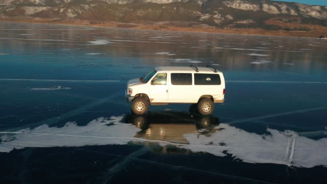 vidéos et rushes de extreme driving on a frozen lake. off-road vehicles in the winter. baikal, russia - frais