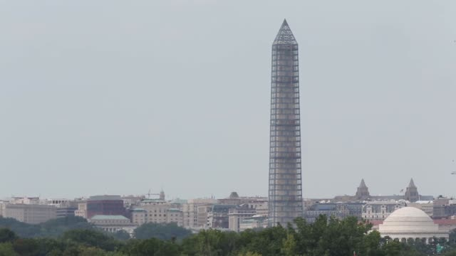 vidéos et rushes de extreme long shot a commercial aircraft flies by the washington monument before it lands at reagan national airport in arlington va august 16 2013 - aéroport ronald reagan