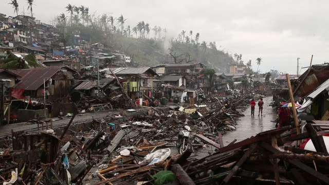 extreme long shot, a neighbourhood completely devastated by the typhoon. typhoon haiyan, which ripped through philippines on november 9, has been... - フィリピン点の映像素材/bロール