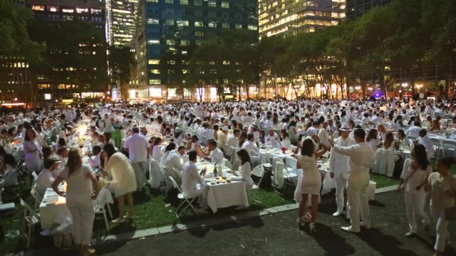 vídeos y material grabado en eventos de stock de extreme long shot thousands of people all dressed in white set up picnic tables for the diner en blanc event on september 18 2013 in new york city... - silla plegable
