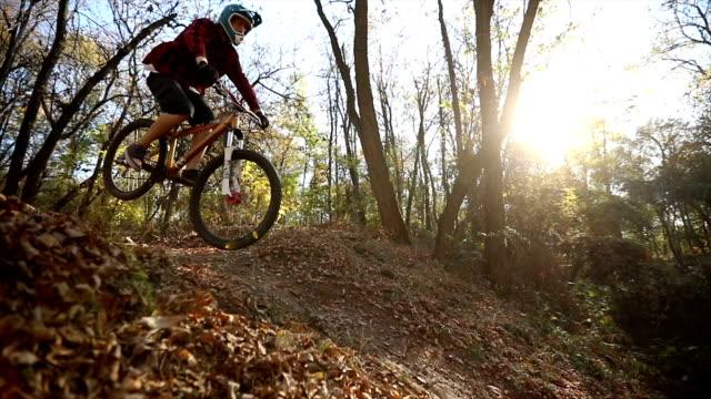 起伏の多い地形上に乗る極度な山の自転車 - 横滑り点の映像素材/bロール