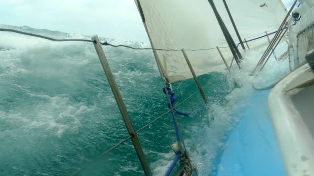 extreme regatta in einem sturm - segeljacht stock-videos und b-roll-filmmaterial