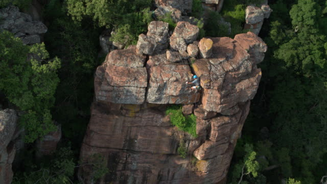 extreme rock climber on a cliff in south africa - rock face stock videos & royalty-free footage