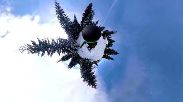 vídeos de stock e filmes b-roll de extreme snowboarder with a 360 camera riding on a mountain - vista de 360 graus