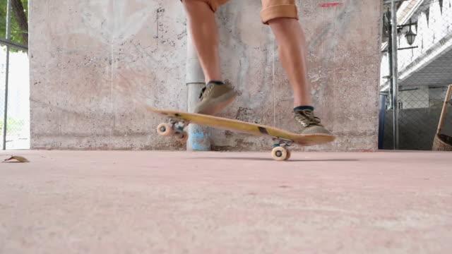 vídeos de stock, filmes e b-roll de close-up lenta: extreme sports hdr vídeo de skateboarder.skateboarder pulando kickflip truque. - passear sem destino
