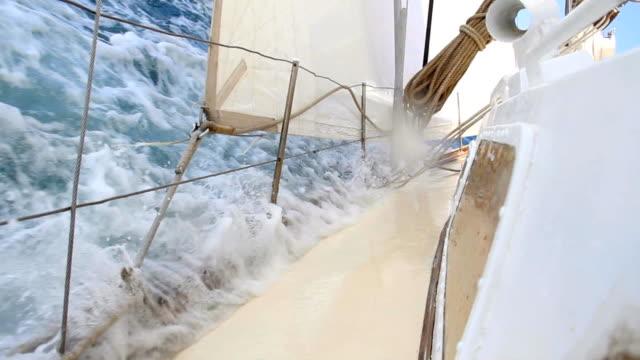 extremsport-rennen auf einer yacht - segeln stock-videos und b-roll-filmmaterial