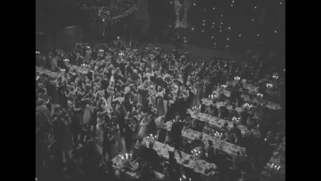 """vidéos et rushes de extreme wide and long shot inside waldorf astoria grand ballroom during the charity ball """"a night in monte carlo--the imperial ball"""" looking down at... - grand lit"""