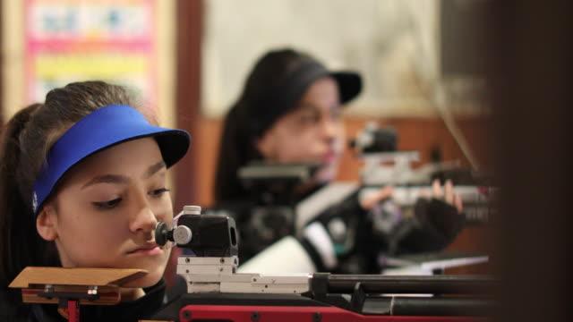 非常に集中された女性 - 撃つ点の映像素材/bロール