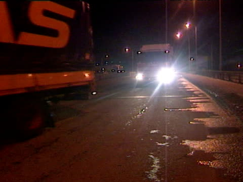 extrior shots of motorway traffic moving slowly through blizzard conditions exterior night shots of gritting lorry along road exterior shots of... - 水の形態点の映像素材/bロール