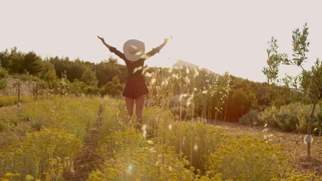 ms exuberant frau mit ausgestreckten auf sonnigen, idyllischen ländlichen gebiet - kopf nach hinten stock-videos und b-roll-filmmaterial