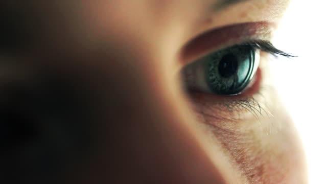 vídeos de stock, filmes e b-roll de eye closeup - olhos verdes