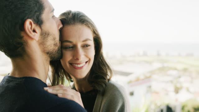 vídeos de stock, filmes e b-roll de o contacto visual é mais íntimo que palavras vai sempre estar - encarando