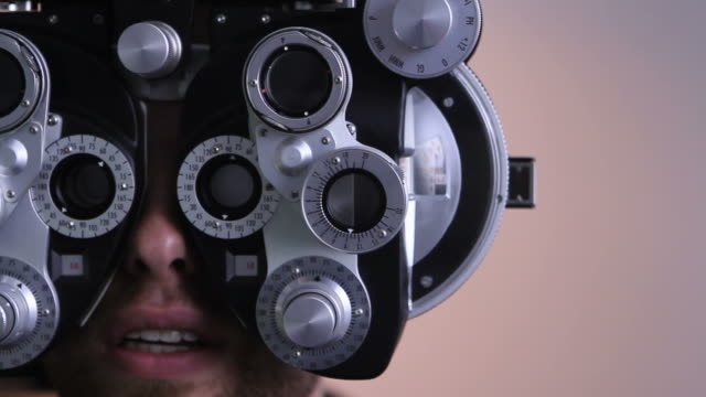 stockvideo's en b-roll-footage met eye exam at the opthalmologist - oogmeetkunde
