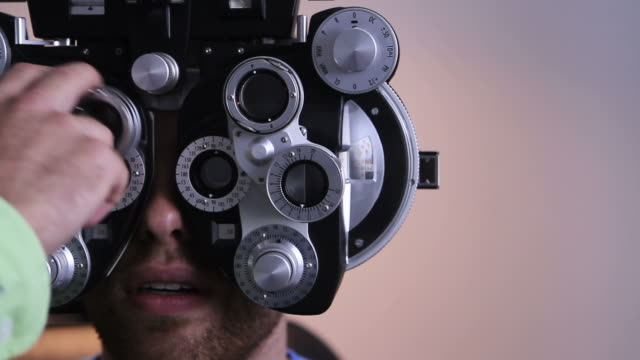 stockvideo's en b-roll-footage met eye exam at the optometrist - oogmeetkunde