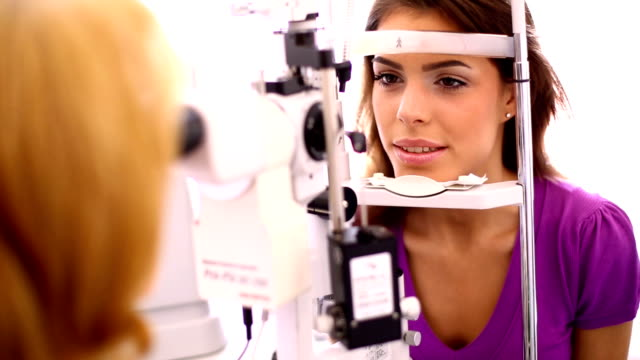 stockvideo's en b-roll-footage met eye exam. - oogmeetkunde