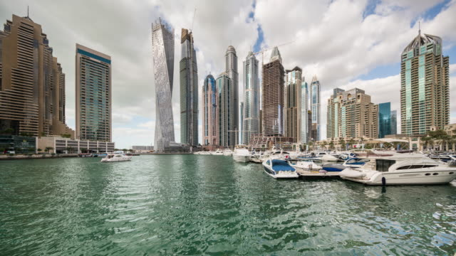 vídeos y material grabado en eventos de stock de eye level view of daytime dubai modern skyscrapers by the bay of water transition - golfo pérsico