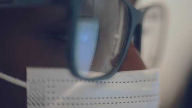 vídeos de stock, filmes e b-roll de monitor de olhar para os olhos - concentração