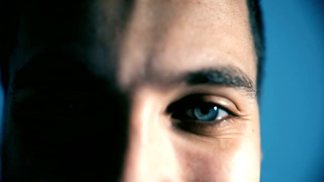 vídeos de stock, filmes e b-roll de olhos de um homem sorridente caucasiana - só um homem maduro