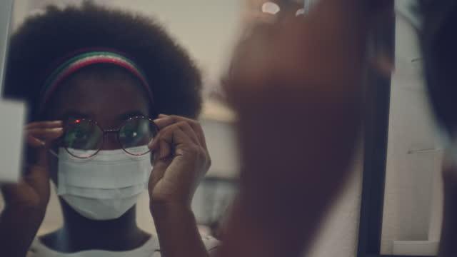 vídeos de stock, filmes e b-roll de problemas oculares, olho na loja optometrista - só uma adolescente menina