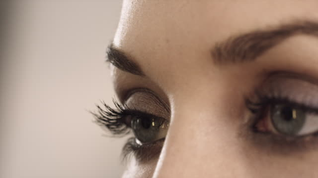 vidéos et rushes de eye shadow covers the eye lid of a fashion model in germany. - maquillage