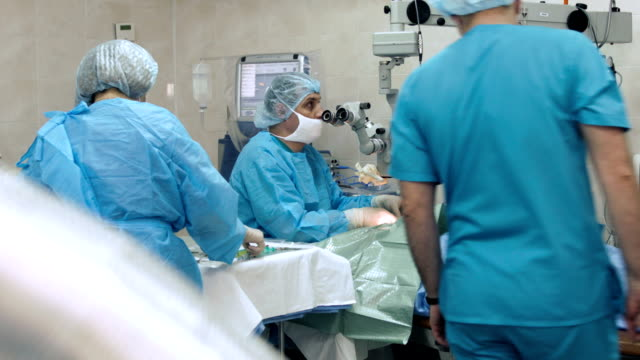stockvideo's en b-roll-footage met eye surgery. doctors in operating room - oogmeetkunde