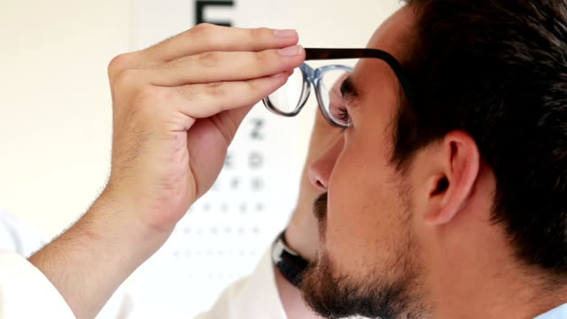 stockvideo's en b-roll-footage met eye test chart, optician. - oogmeetkunde