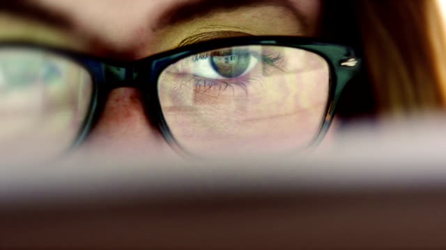 stockvideo's en b-roll-footage met eye watching display - concentratie