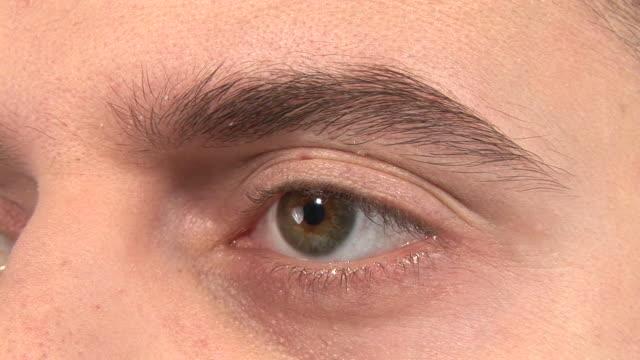 stockvideo's en b-roll-footage met hd: eye wink - videoportret