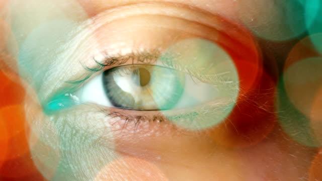 vídeos de stock e filmes b-roll de globo ocular muito grande plano - retina