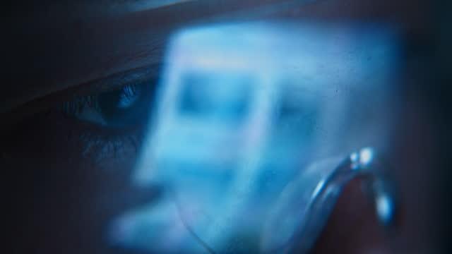 vidéos et rushes de lunettes avec lumière réfléchie par l'ordinateur - lunettes de protection