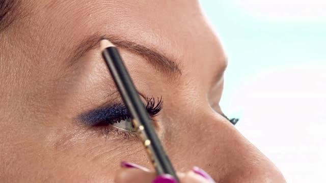 vídeos de stock, filmes e b-roll de eyeliner pencil - sobrancelha