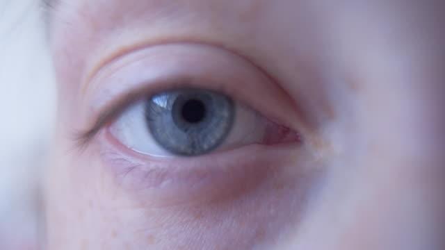 vidéos et rushes de les yeux sont le miroir de l'âme - extreme close up