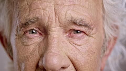 一個傷心的高級白人男性的眼睛 - staring 個影片檔及 b 捲影像