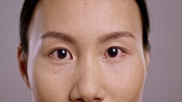 Ögonen på en ung asiatisk kvinna