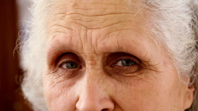 vídeos de stock, filmes e b-roll de olhos de uma antiga mulher - primeiríssimo plano