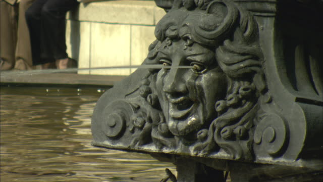 cu eyes of sculpture rocking back and forth and pouring out water / basel, switzerland - springbrunnen stock-videos und b-roll-filmmaterial