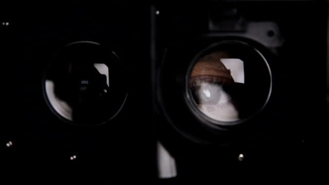 augen-trog-virtual reality-brillen - menschliches auge stock-videos und b-roll-filmmaterial