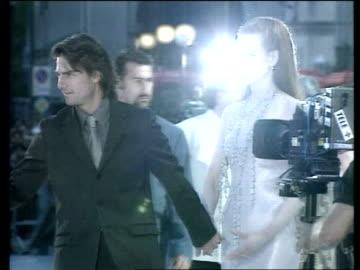 "vídeos de stock, filmes e b-roll de ""eyes wide shut' premiere; itn ext cruise & kidman along past press - estreia"