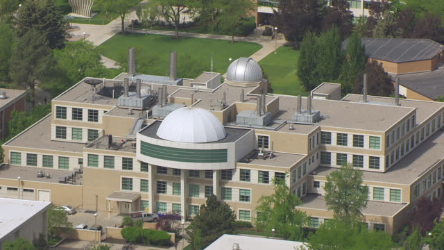 stockvideo's en b-roll-footage met ms aerial ds eyring science center at brigham young university / provo, utah, united states - provo