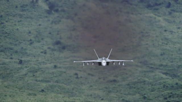 f-18 fighter jet flying aggresively towards the camera and passing. - luftwaffe stock-videos und b-roll-filmmaterial