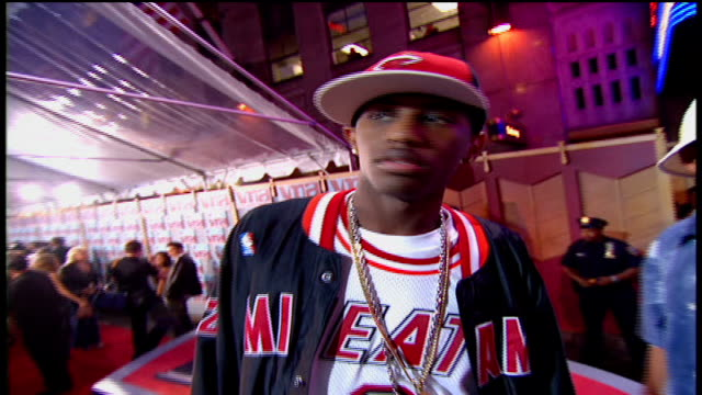 vídeos y material grabado en eventos de stock de fabolous arriving at the arriving to the 2002 mtv video music awards red carpet - 2002
