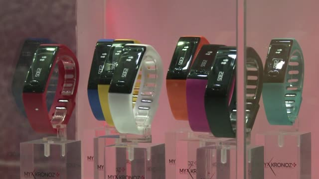 vídeos de stock, filmes e b-roll de fabricantes presentaron diversos modelos de relojes inteligentes durante el mobile world congress de barcelona - reloj