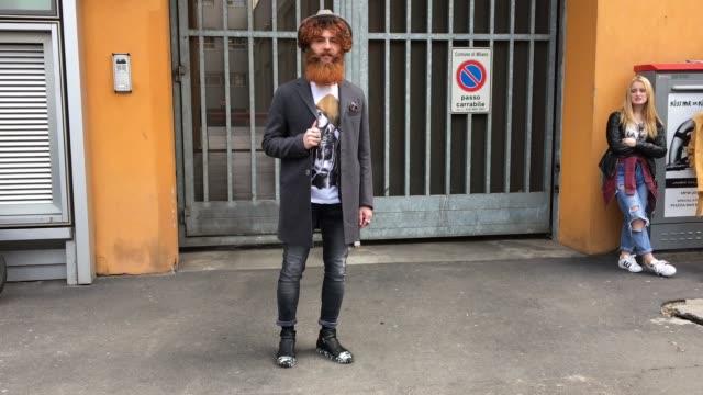 vídeos de stock, filmes e b-roll de fabrizio salvatori attending emporio armani show on february 26 2016 in milan italy total look miracle - giorgio armani marca de moda
