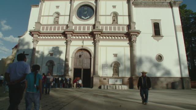 ws tu la facade of basilica of nuestra senora de la salud at plaza chica / patzcuaro, michoacan, mexico - michoacán video stock e b–roll