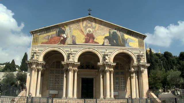 vídeos y material grabado en eventos de stock de ms facade of church of all nations / gethsemane, jerusalem, israel - frontón característica arquitectónica
