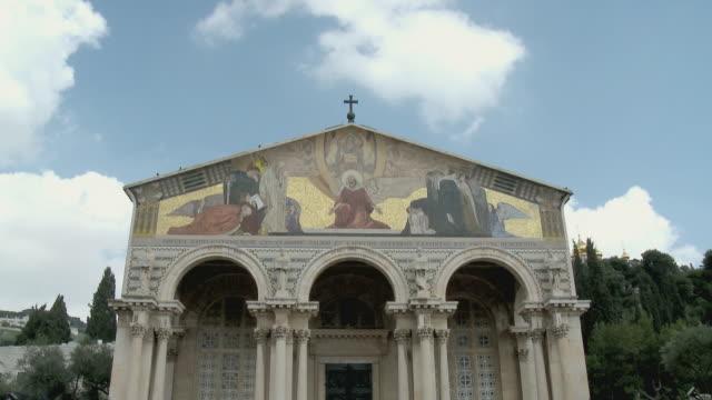 vídeos y material grabado en eventos de stock de ms td facade of church of all nations / gethsemane, jerusalem, israel - frontón característica arquitectónica